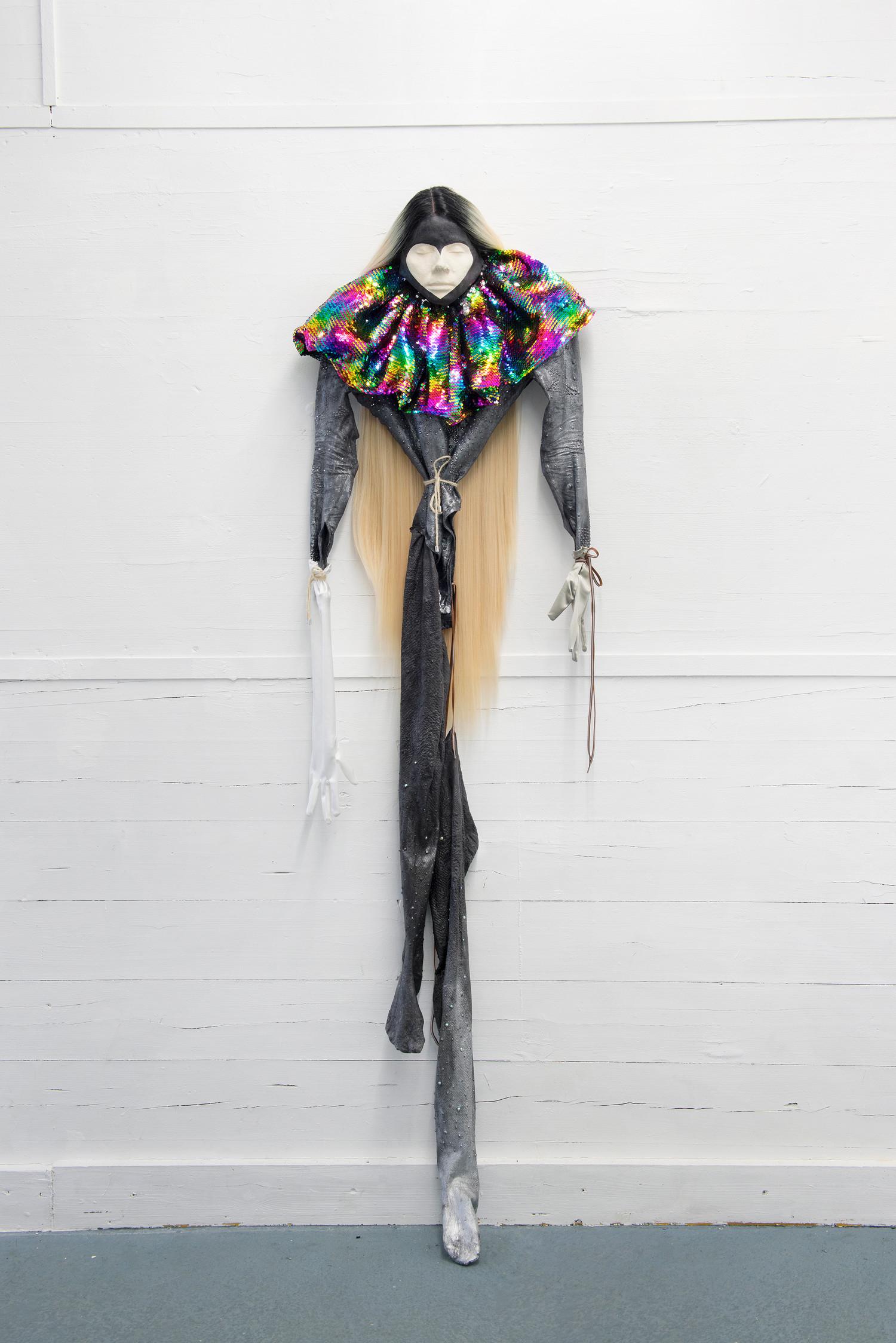Clown, 2020, latex, textile, wig, sequins, pigment, acrylic, rope, circa 188 x 54 x 15 cm — © Manon Wertenbroek