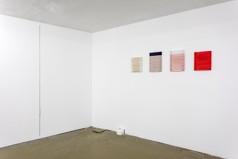 On the left: Manon Wertenbroek, Zipper H250, 2019, zipper embedded into wall, 250 x 1,5 cm, On the right: Roman Gysin, Satinbilder [Satin Images], 2019, fabric, wood, 41 x 162 x 3 cm — © Manon Wertenbroek
