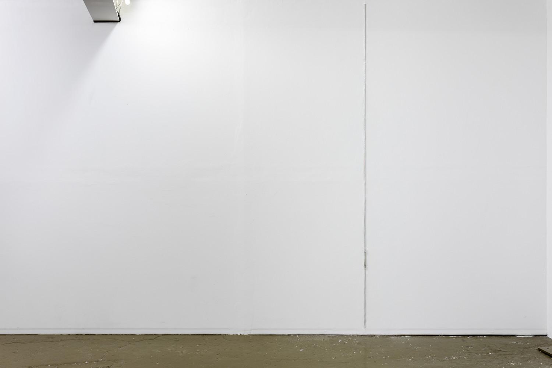 Zipper H250, 2020, zipper embedded into wall, 250x1,5cm — © Manon Wertenbroek